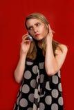 Blonde die op telefoon spreekt stock foto