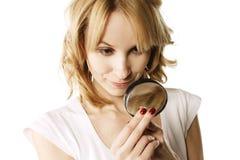 Blonde die ring onderzoekt Stock Foto