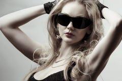 Blonde die zonnebril draagt stock foto's