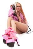 Blonde DJ in roze kostuum met een hoofdtelefoon Stock Afbeeldingen