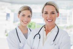 Blonde Doktoren, die zusammen stehen Stockbilder