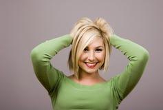 Blonde durcheinander bringende Haar-Hände hinter Kopf Stockbilder