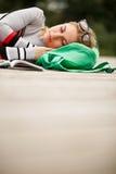 Blonde durmiente al aire libre Espacio en blanco Fotos de archivo