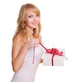 Blonde e un contenitore di regalo Fotografia Stock