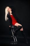 Blonde in een donker kostuum royalty-vrije stock afbeeldingen