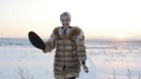 Blonde in een hoed in de winter stock footage