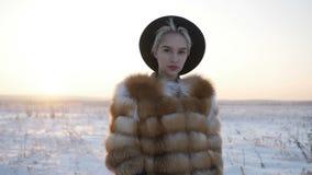 Blonde in een hoed in de winter stock video