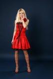 Blonde in een rode satijnzachte kleding Royalty-vrije Stock Fotografie