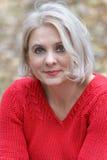 Blonde in een rode trui Stock Foto