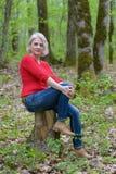 Blonde in een rode trui Stock Afbeeldingen