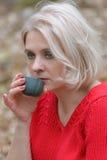 Blonde in een rode trui Royalty-vrije Stock Afbeelding