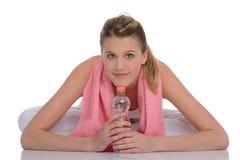 Blonde Eignungfrau mit rosafarbenem Tuch Lizenzfreie Stockfotografie
