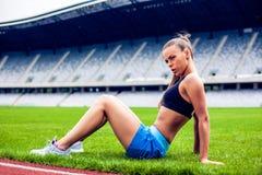 Blonde Eignungs-Frau auf Stadion Lizenzfreies Stockfoto
