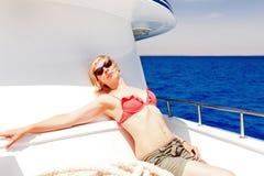 Blonde ein Sonnenbad nehmende Frau Stockfoto