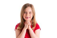 Blonde eingedrückte betende Geste des Mädchens Handim Weiß Lizenzfreie Stockbilder