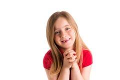 Blonde eingedrückte betende Geste des Mädchens Handim Weiß Lizenzfreies Stockfoto