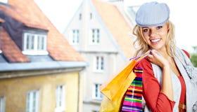 blonde Einkaufenfrau mit Beuteln Lizenzfreie Stockfotos
