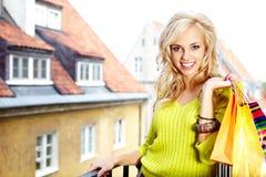 Blonde Einkaufenfrau mit Beuteln Lizenzfreie Stockbilder