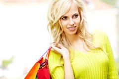 Blonde Einkaufenfrau mit Beuteln Stockbild