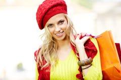 Blonde Einkaufenfrau mit Beuteln Lizenzfreies Stockbild
