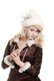 Blonde Eisfrau, die einen Pelzhut mit Schneeflocke trägt Lizenzfreies Stockbild