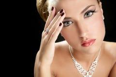 Blonde elegante denkende Art und Weisefrau Stockfotografie