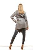 Blonde elegante Frau in der hinteren Ansicht des grauen Mantels Lizenzfreie Stockbilder