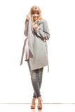 Blonde elegante Frau im grauen Mantel Lizenzfreie Stockfotografie
