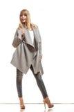 Blonde elegante Frau im grauen Mantel Lizenzfreies Stockbild