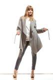 Blonde elegante Frau im grauen Mantel Stockbild