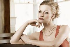 Blonde elegante Frau im Rot Lizenzfreies Stockbild