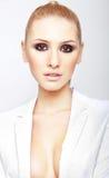 Blonde elegante Frau mit rauchigen Augen Stockbild