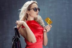 Blonde elegante joven con el bolso en su hombro Imagen de archivo libre de regalías