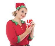 Blonde Elfenfrau, die Geschenk hält Lizenzfreie Stockbilder