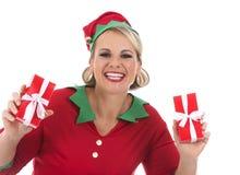 Blonde Elfenfrau, die Geschenk hält Stockbild