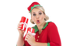 Blonde Elfenfrau, die Geschenk hält Lizenzfreies Stockbild