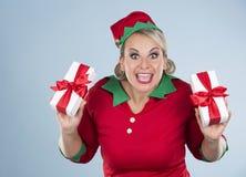 Blonde Elfenfrau, die Geschenk hält Lizenzfreie Stockfotografie
