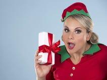 Blonde Elfenfrau, die Geschenk hält Stockfotografie