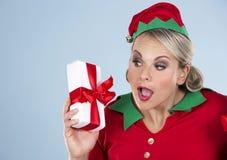Blonde Elfenfrau, die Geschenk hält Lizenzfreie Stockfotos