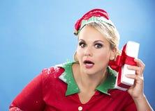 Blonde Elfenfrau, die Geschenk hält Stockfotos