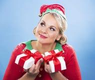 Blonde Elfenfrau, die Geschenk hält Stockfoto