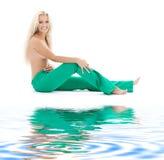 Blonde em topless em calças de brim verdes Fotografia de Stock Royalty Free