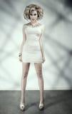 Blonde em um vestido curto Imagem de Stock Royalty Free