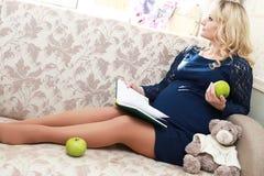 Blonde embarazada de la muchacha hermosa Foto de archivo