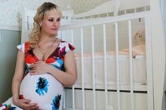 Blonde embarazada de la muchacha hermosa Fotos de archivo