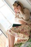 Blonde embarazada de la muchacha hermosa Imágenes de archivo libres de regalías
