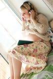Blonde embarazada de la muchacha hermosa Imagen de archivo