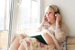 Blonde embarazada de la muchacha hermosa Foto de archivo libre de regalías