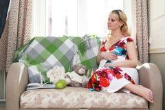 Blonde embarazada de la muchacha hermosa Imagenes de archivo