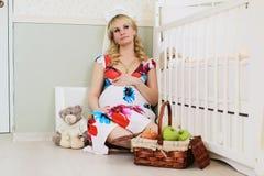 Blonde embarazada de la muchacha hermosa Fotografía de archivo